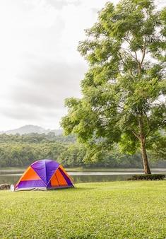 Dôme tente de camping au bord du lac