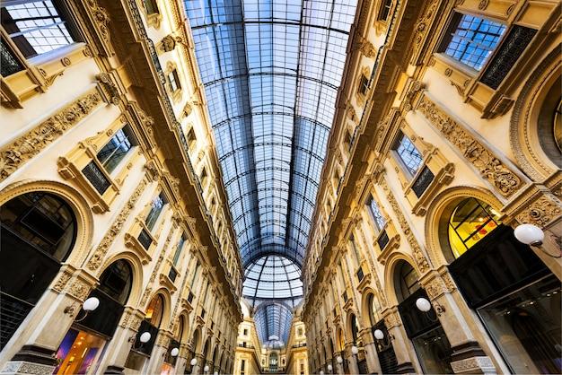 Dôme en verre de la galleria vittorio emanuele à milan, italie
