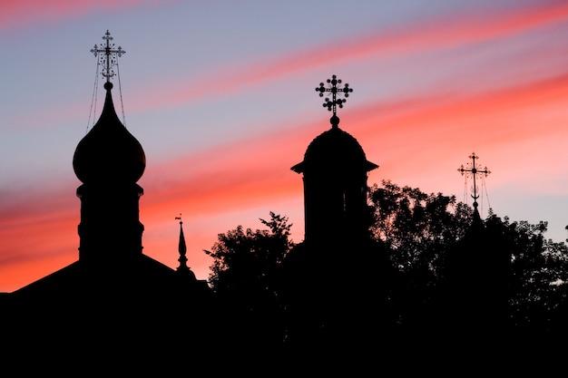 Dômes des églises orthodoxes. coucher de soleil. serguiev possad, russie