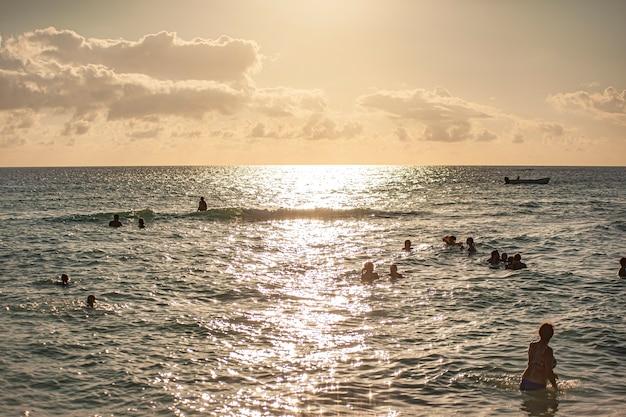 Dominicus, république dominicaine 6 février 2020 : coucher de soleil sur la mer pleine de monde