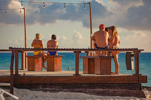 Dominicus, république dominicaine 6 février 2020 : personnes assises sur le banc au bord de la mer