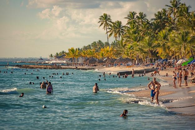 Dominicus, république dominicaine 6 février 2020 : plage de dominicus pleine de touristes au coucher du soleil