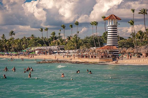 Dominicus, république dominicaine 6 février 2020 : vue sur la plage de dominicus près de bayhaibe avec le phare pris au coucher du soleil