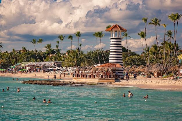 Dominicus, république dominicaine 6 février 2020 : vue sur la plage de dominicus près de bayhaibe avec le phare pris de la mer