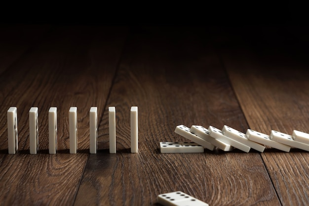 Domino blanc sur bois marron