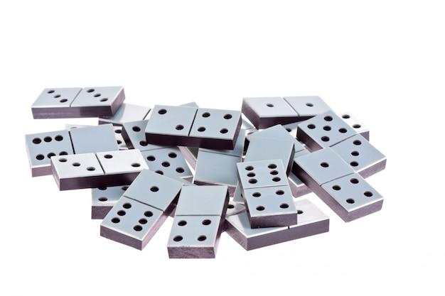 Dominos blancs couchés à plat sur un blanc