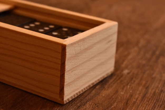 Dominos dans une boîte en bois
