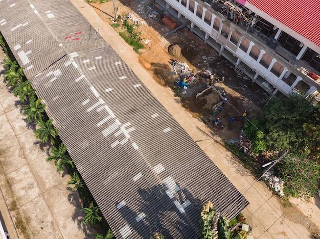 Dommages au toit ancien avec fixation de tuiles
