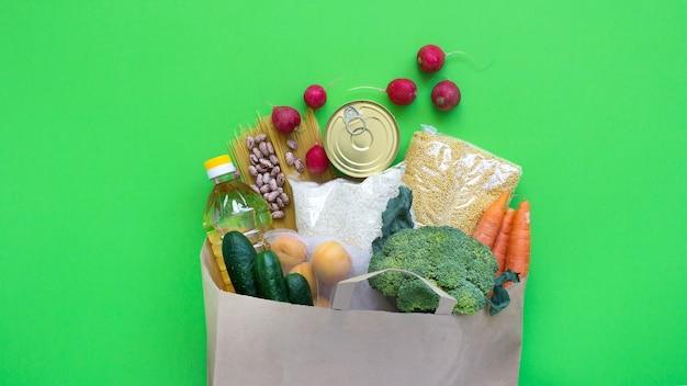 Don. l'approvisionnement alimentaire en stock alimentaire de crise pour la période d'isolement en quarantaine sur fond vert. riz, pois, céréales, conserves, huile, légumes. livraison de nourriture, coronavirus.
