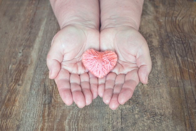 Don d'organe, aidez quelqu'un. femme adulte, mains, donner, coeur fil