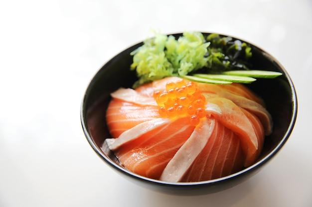Don de riz sushi au saumon