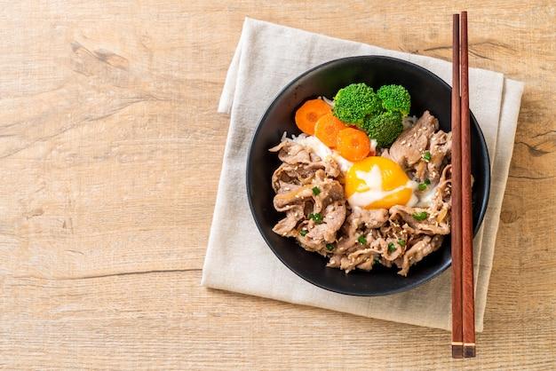 Donburi, bol de riz au porc avec onsen et œuf et légumes