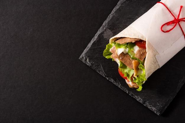 Doner kebab sur ardoise noire