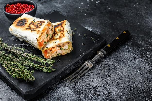 Doner kebab roll dans un lavash avec poulet et viande de bœuf