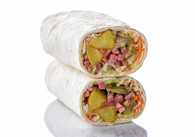 Doner kebab, shawarma avec pommes de terre, saucisses et légumes. isoler