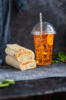 Doner kebab shawarma sandwich ou burrito viande légumes sauce taco