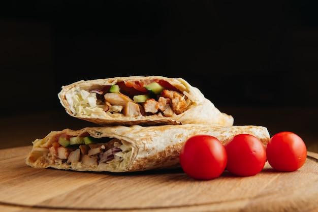 Döner kebab turc avec de la viande grillée. shawarma juteux sur planche de bois