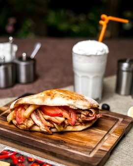 Doner de poulet aux frites de tomates servi avec ayran