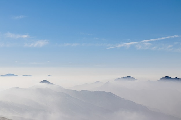 Donnant sur une chaîne de montagnes recouverte d'un brouillard blanc