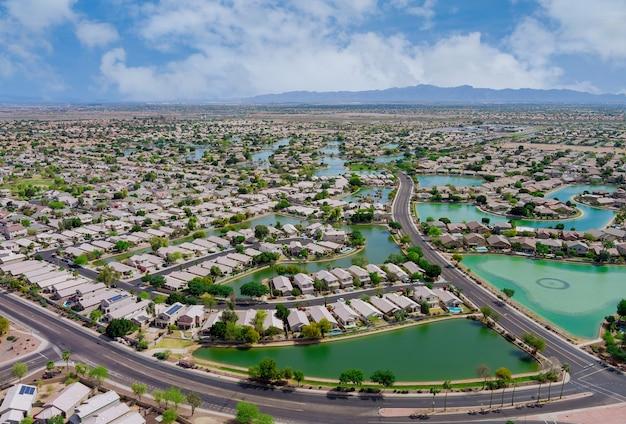 Donnant sur une petite ville un avondale dans le désert de l'arizona près de la capitale de l'état de phoenix