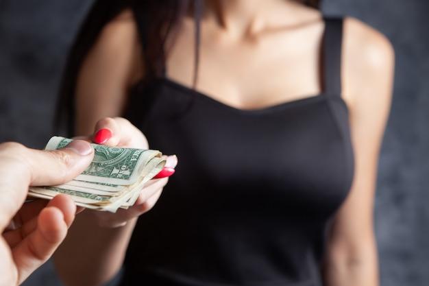 Donne de l'argent à une femme