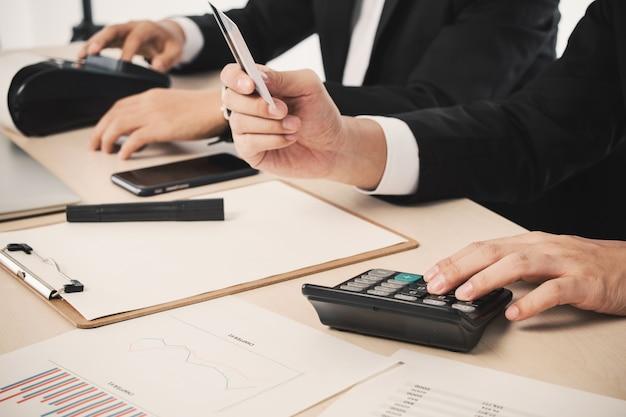 Données homme intelligent homme d'affaires finance