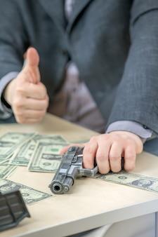 Donner un coup de pouce et avoir la main sur une arme à feu