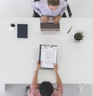 Donner un cv à un agent des ressources humaines pour un entretien d'embauche