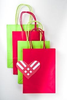 Donner le fond du mardi avec des coeurs rouges, journée mondiale de l'aide à la charité internationale, divers aidants traditionnels le mardi de novembre donnant le jour après le concept de shopping du black friday flatlay vue de dessus
