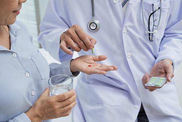 Donner des pilules au patient
