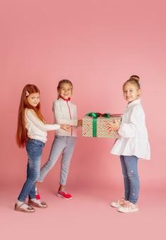 Donner et recevoir des cadeaux pendant les vacances de noël groupe d'enfants souriants heureux s'amusant