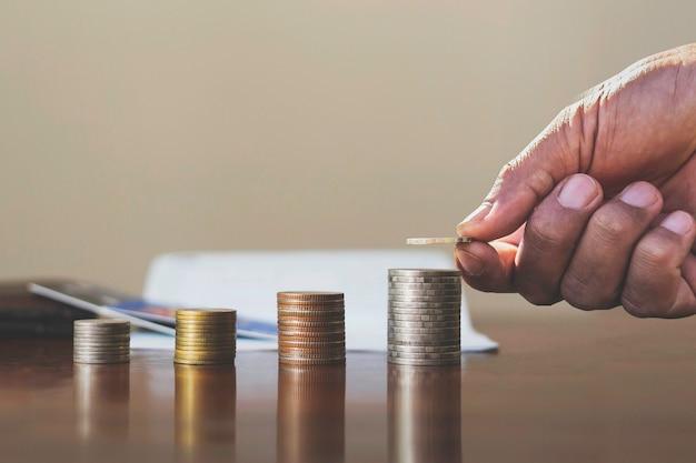Donnez des pièces à la pile d'argent comptabilité financière, concepts d'investissement