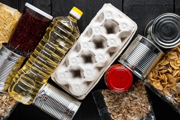 Dons ou livraison de nourriture, vue de dessus, sur table en bois noir