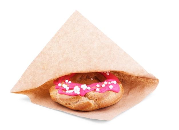 Donut au chocolat isolé sur fond blanc