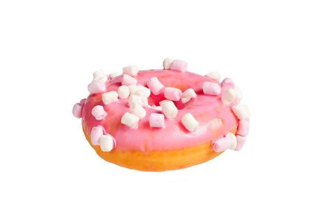 Donut rose avec guimauve isolé sur blanc.