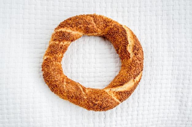 Donut turc traditionnel (simit) sur une couverture blanche