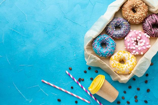Donuts assortis et espace de copie de tasse