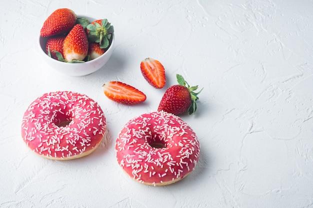 Donuts aux fraises avec berrie, sur tableau blanc