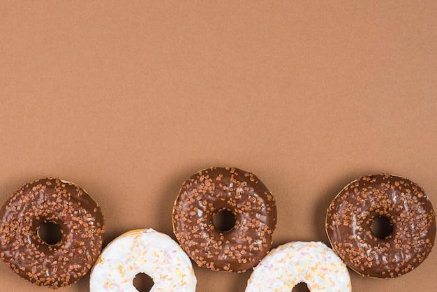 Donuts bruns et blancs avec des pépites