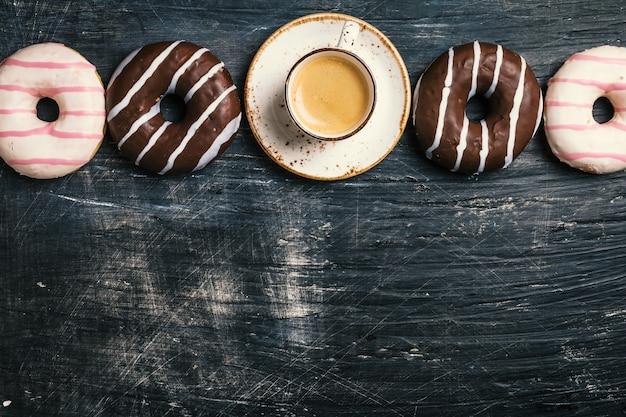 Donuts et café sur fond noir