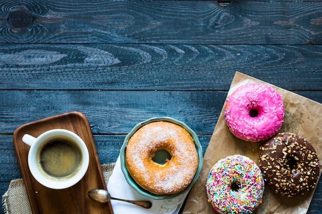 Donuts colorés et composition de café avec différents styles de couleurs