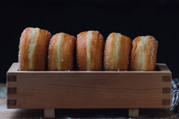 Donuts dans une boîte en bois