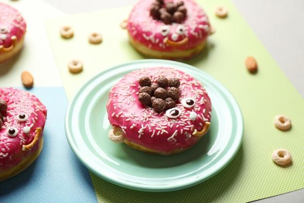 Donuts décorés drôles sur table