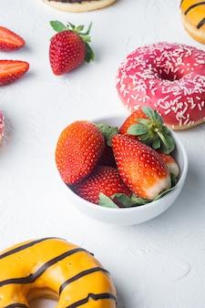 Donuts ensemble frais, sur fond blanc