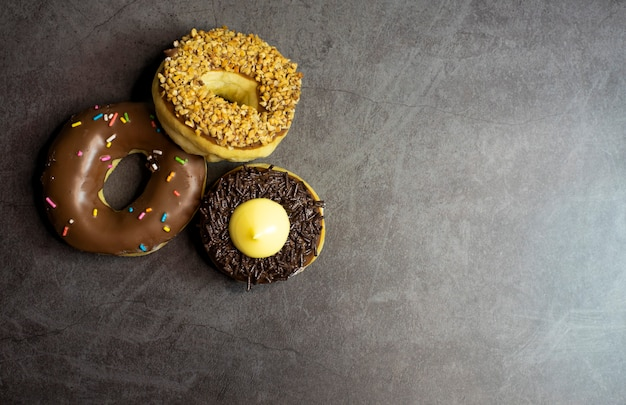 Donuts sur fond sombre