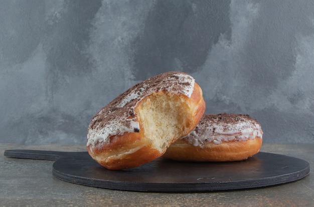 Donuts sur une planche de bois noire