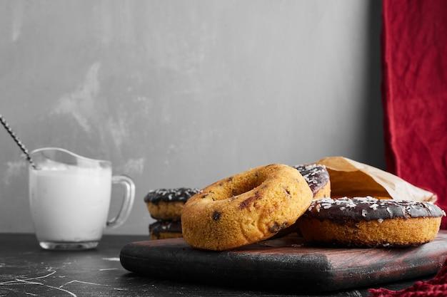 Donuts sur une planche de pierre avec du caillé.