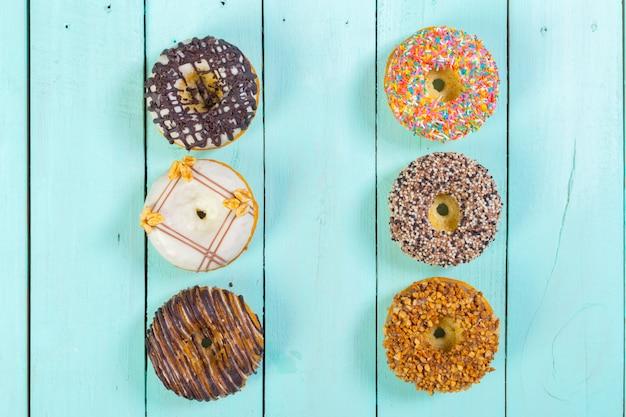 Donuts sur une surface en bois