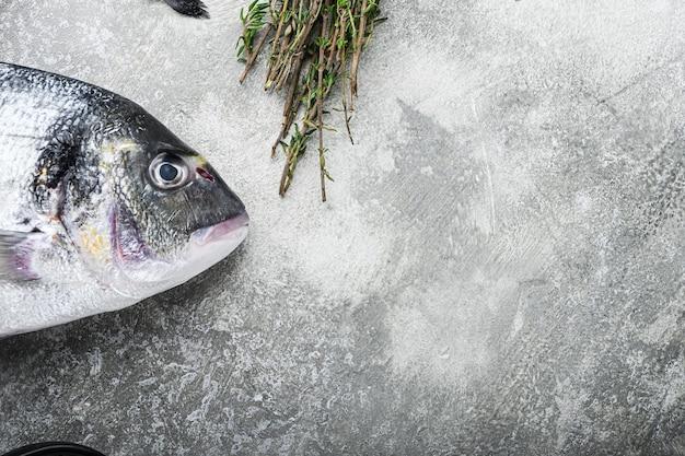 Dorade crue ou poisson doré aux herbes pour griller sur gris texturé