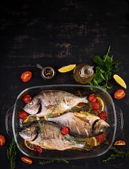 Dorade de poisson au four au citron et aux herbes dans un plat allant au four